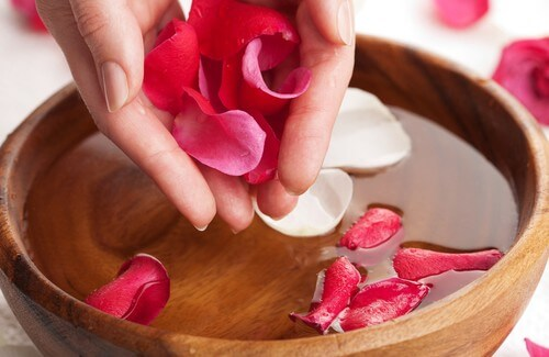How to Prepare Rose Water and Enjoy Its Amazing Benefits